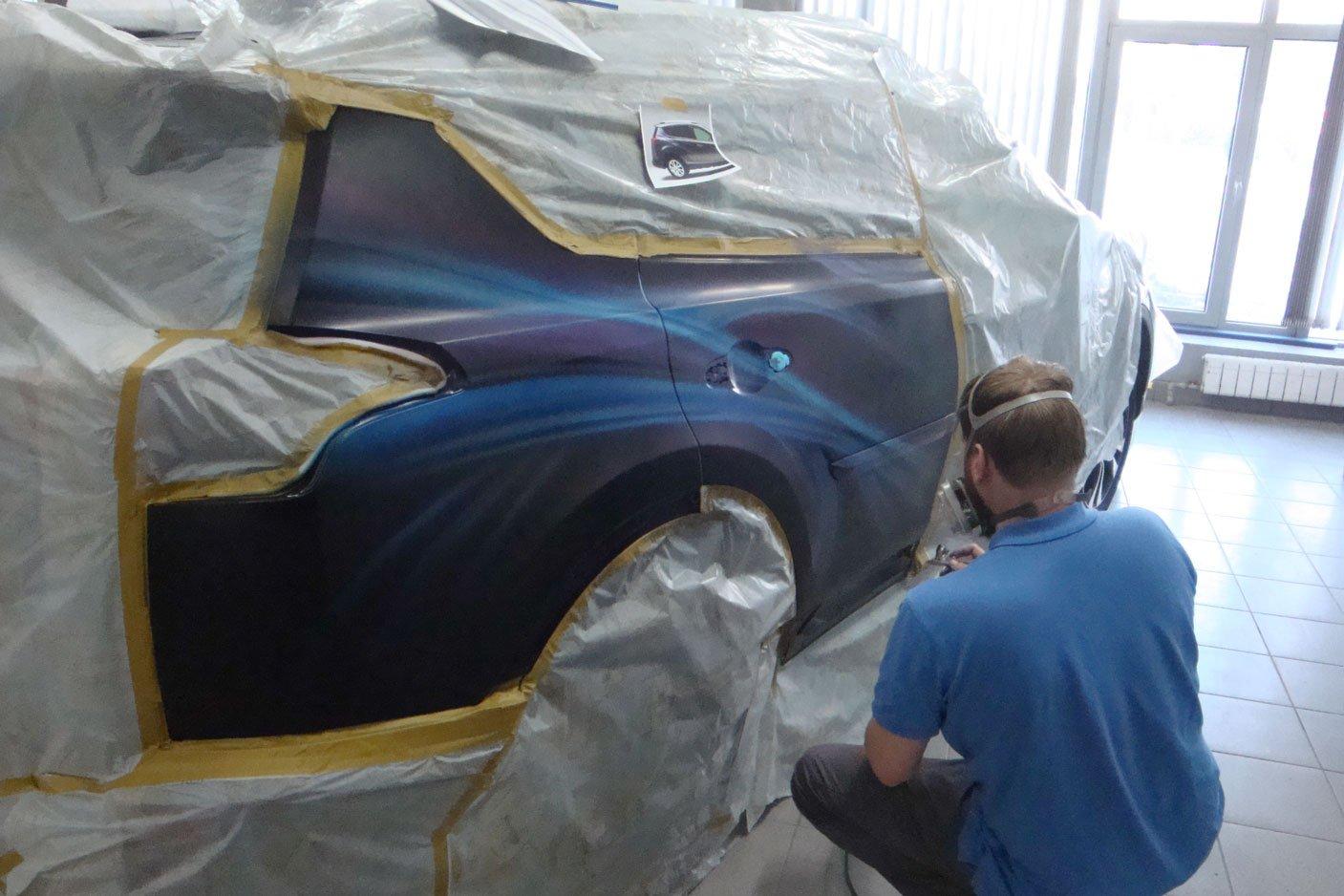 рисует мастер на машине