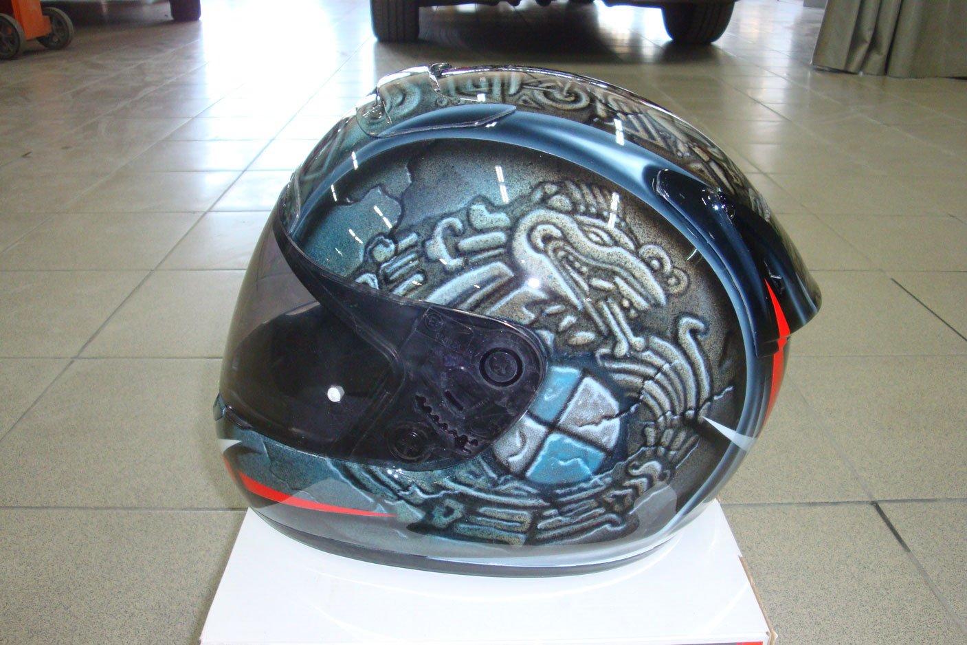 черный шлем с рисунком мото