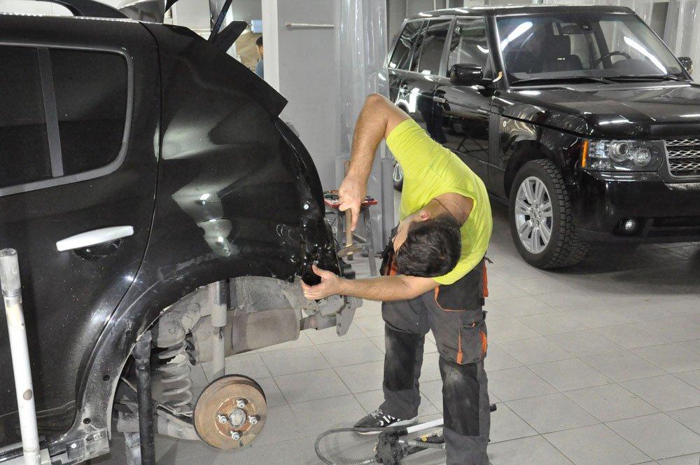 заднее крыло машины мастер ремонтируеет