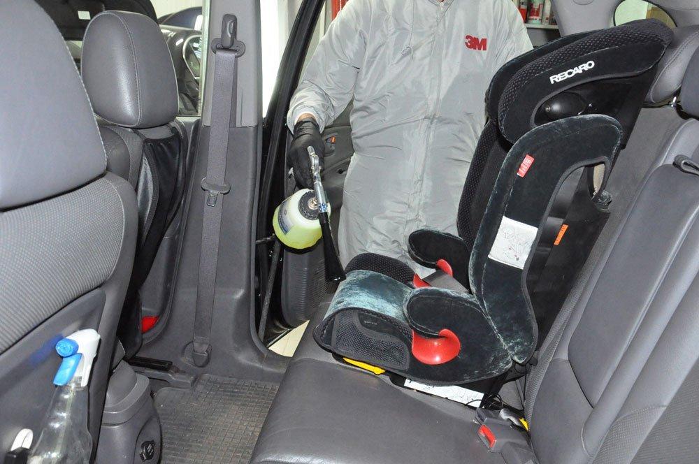 мастер чистит салон машины