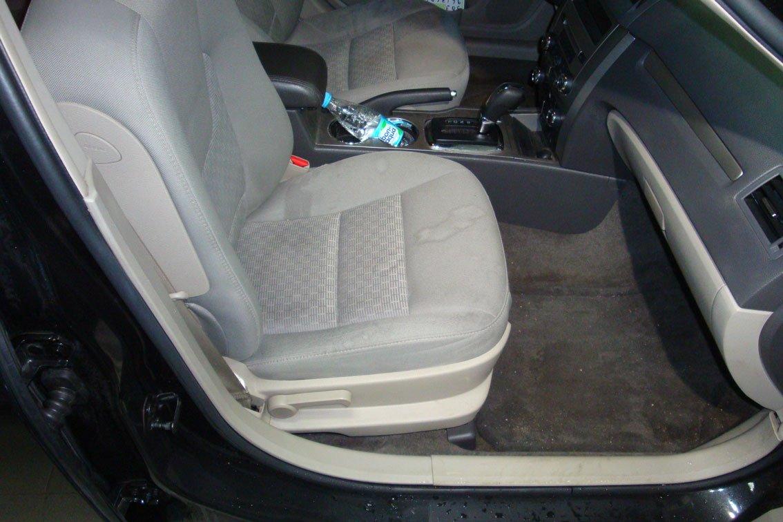 сиденье автомобиля переднее с пятнами