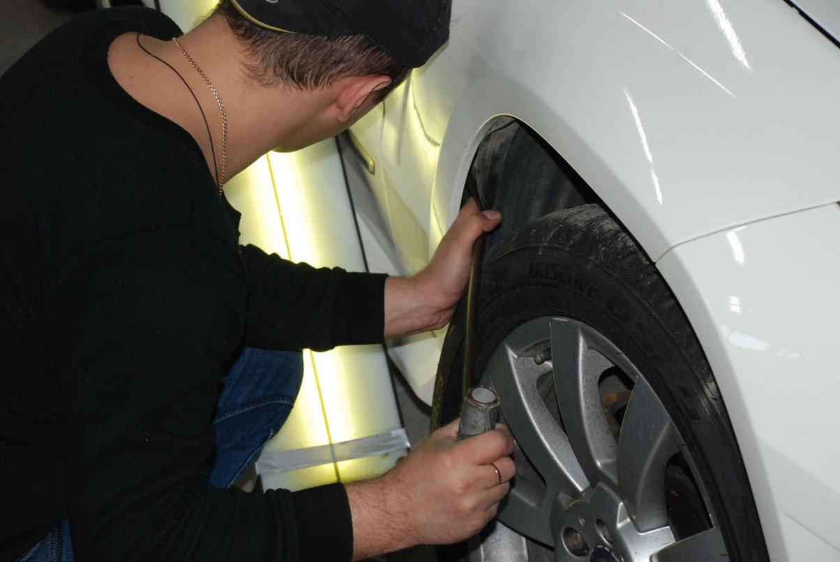 удаляет вмятину на пороге белой машины