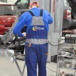 мастер ремонтирует бампер из пластика