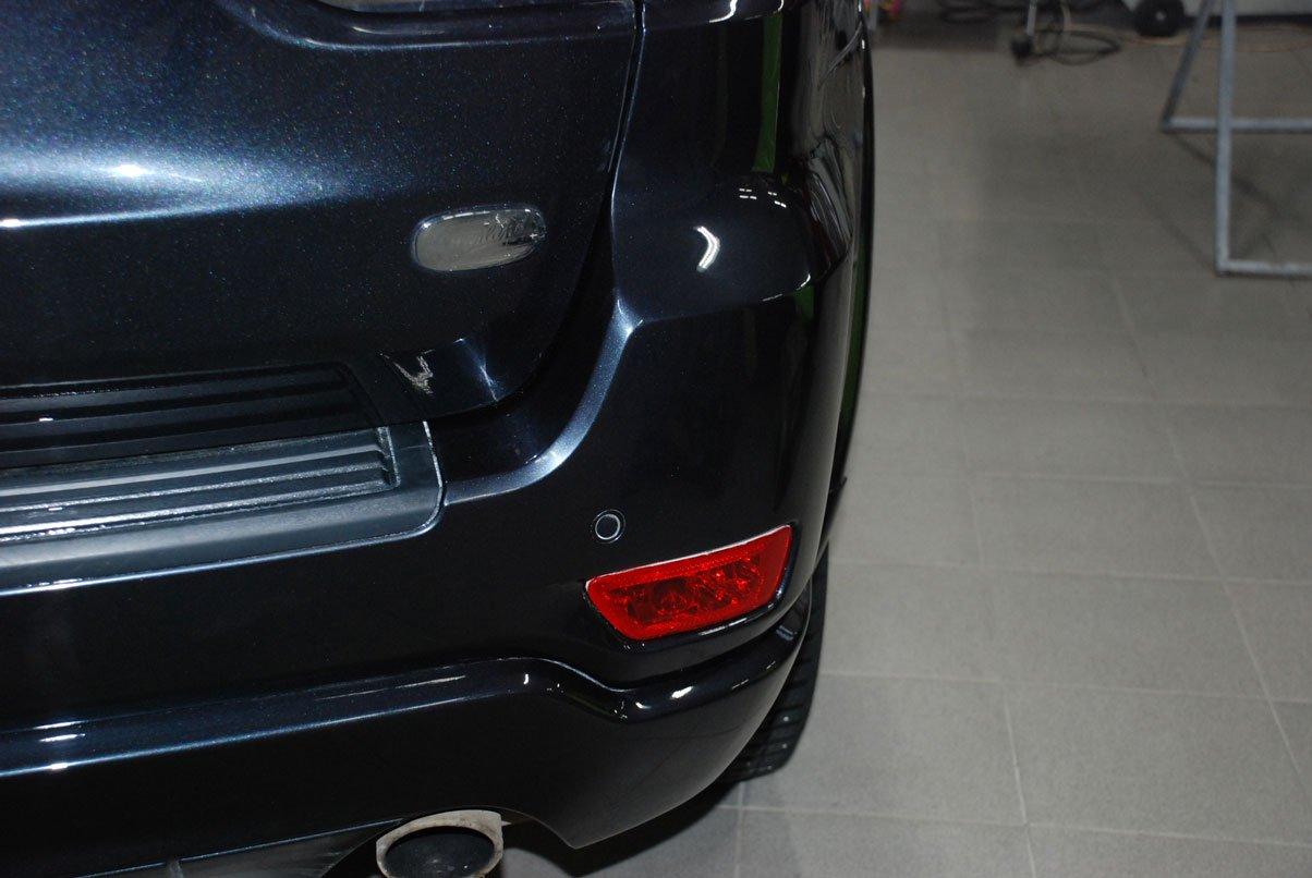 отремонтированный бампер на черном авто