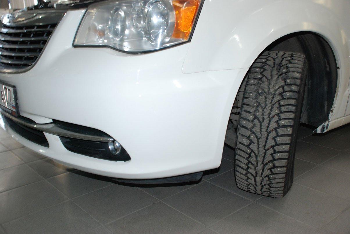 белая машина с отремонтированным бампером