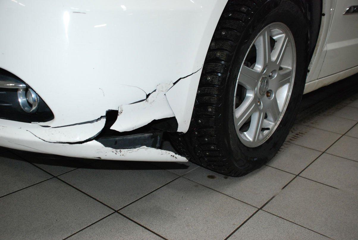 разбитый белый бампер у машины