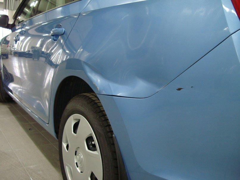 вмятина и царапины машины