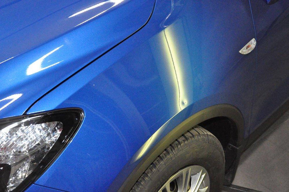 крыло автомобиля синее с вмятиной