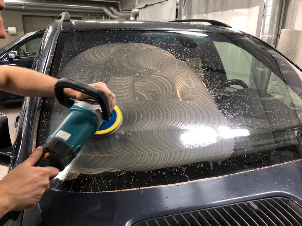 полировка лобового стекла автомобиля астон мартин