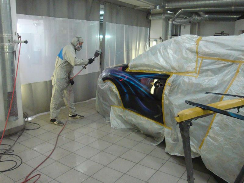 распыление краски на кузов