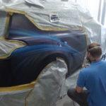 процесс нанесения рисунка на кузов